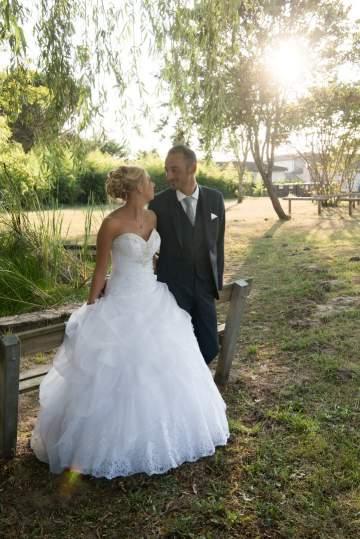 Photo de mariés dans un parc